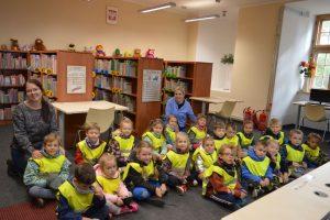 Wycieczka dzieci do biblioteki
